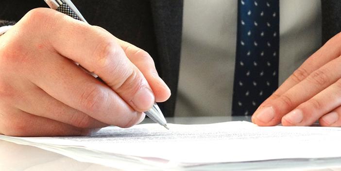 契約書に記入する男性