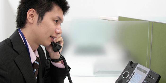 電話でお問い合わせを受ける男