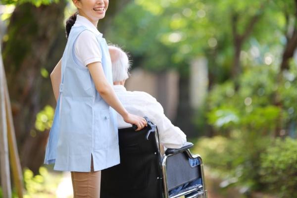 居宅介護で介護する女性介護士