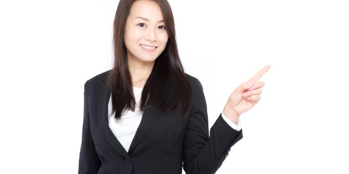 保証ファクタリングの違いを説明する女性